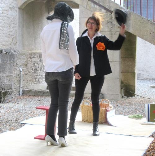 """Les pétulantes actrices d' """"A chacun sa boulette"""" ont bien amusé les jeunes et les moins jeunes spectateurs, dans la cour de la Bibliothèque Municipale...."""