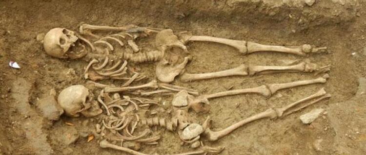 Énigmes archéologiques:  Angleterre : après 700 ans sous terre, un couple de squelettes est découvert main dans la main