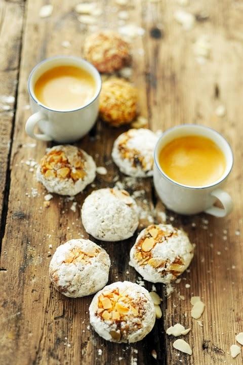 Dorian cuisine.com Mais pourquoi est-ce que je vous raconte ça... : Pause  café et amaretti très amandes et abricots pour un dimanche après-midi  tranquille !