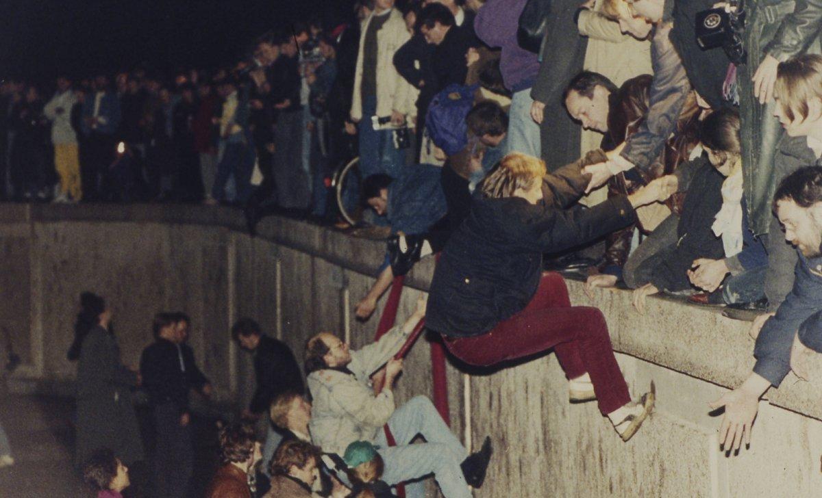1989, 10 novembre, des Berlinois de l'est franchissent le mur...