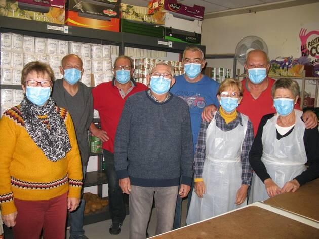 Parmi les bénévoles qui accueillent les bénéficiaires, les lundis et jeudis après-midi. Première à gauche sur la photo, Catherine Kerboas, la présidente des Restos du cœur d'Hennebont (Morbihan).