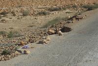 PASSAGE D'OUED DEFONCE - pierres signalent le danger