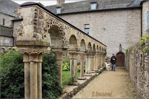 Abbaye de Daoulas Finistère le cloître 12ème siècle arcatures, chapiteaux, colonnes simples et doubles
