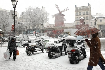 621545_people-walk-in-the-snow-in-front-of-the-moulin-rouge-in-paris