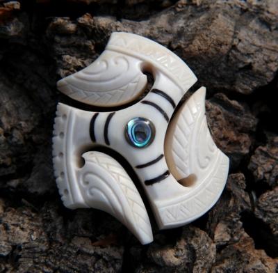 Blog de usulebis :Usulebis ,Artisan créateur de bijoux polynésiens , contact : usulebis@hotmail.fr, Pendentif triskel ' 02' en os et Paua