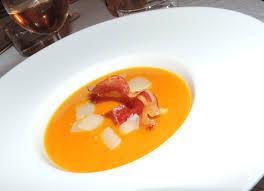 Velouté de carotte au curry et ses chips de parmesan