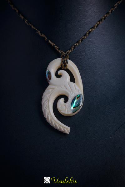 Blog de usulebis :Usulebis ,Artisan créateur de bijoux polynésiens , contact : usulebis@hotmail.fr, Pendentif double fougère en os incrusté de Paua ( nacre de Nouvelle Zélande )