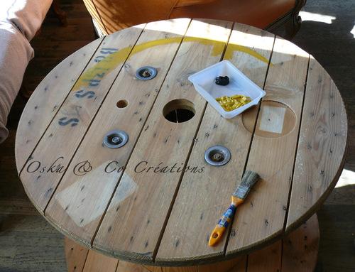 Table basse en bobine de câble peinte