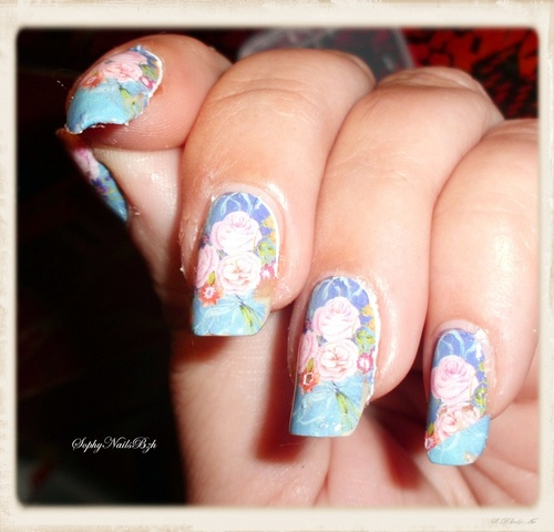 Nail Decal Rose sur fond bleu