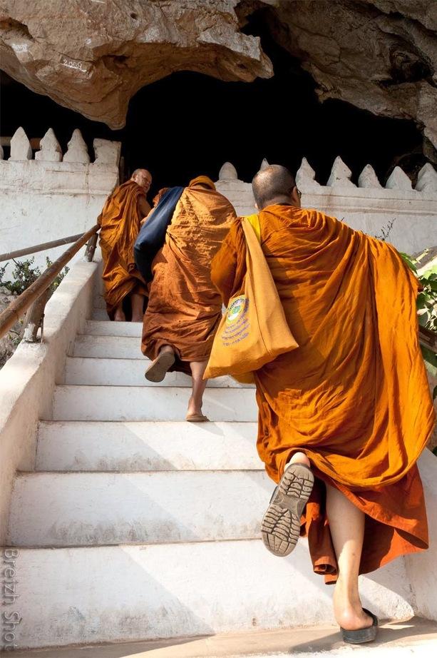 Pak Ou, Luang Prabang - Moines accédant aux grottes sacrées
