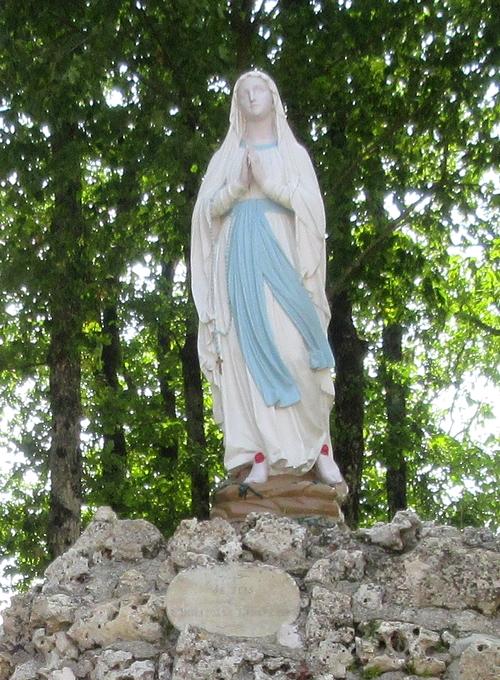 La statue de Notre Dame de Lourdes au Rocher, à Prusly sur Ource