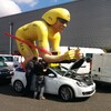 Le cycliste géant de la caravane LCL