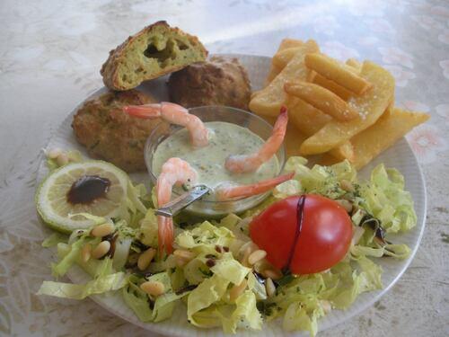 """"""" Accras crevettes """" .sauce tartare .. frites .. salade .. pignons de pin"""