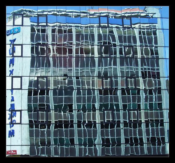 Reflets de la poste dans l' immeuble d' en face