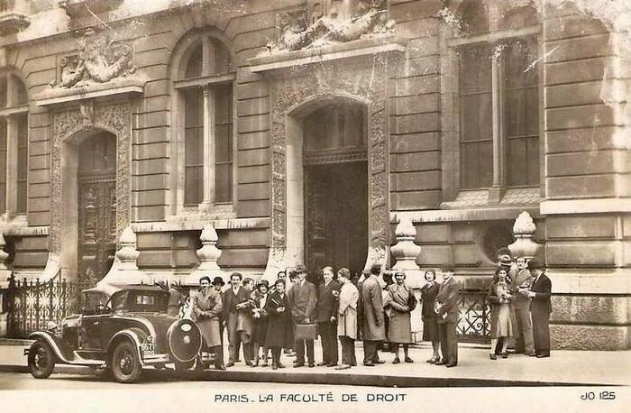 Étudiants devant l'entrée de la Faculté de Droit, rue Saint-Jacques (c. 1940).