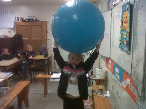 La balle gonflée est très lourde, il faut deux mains pour la porter avec difficulté.