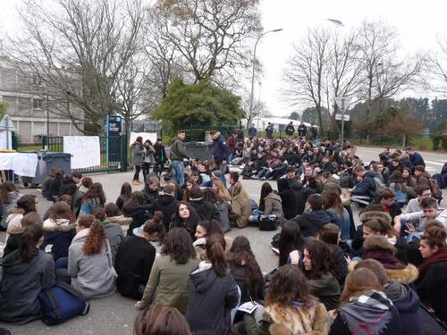 """Etudiants, lycéens dans les rues des villes du finistère pour exiger le retrait total de la loi 'Khomri"""""""