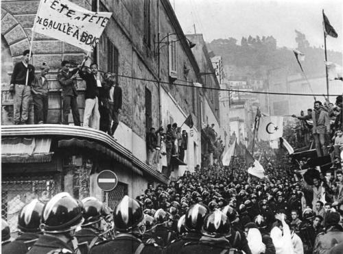Une manifestation anticolonialiste à Alger, en décembre 196