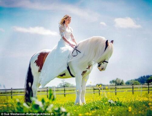 A son mariage sur le dos de son cheval qu'elle a sauvé