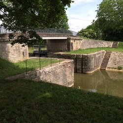 Le pont et la porte de garde