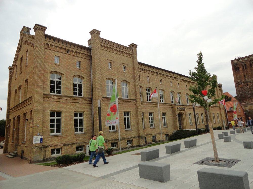 Rathaus Prenzlau - Prenzlau, Brandenburg, Allemagne. halbe, schräge Seitenansicht