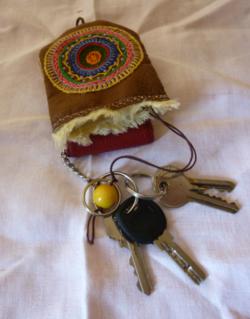 """ANNIE et son porte clés en """" cuir """" brodé"""