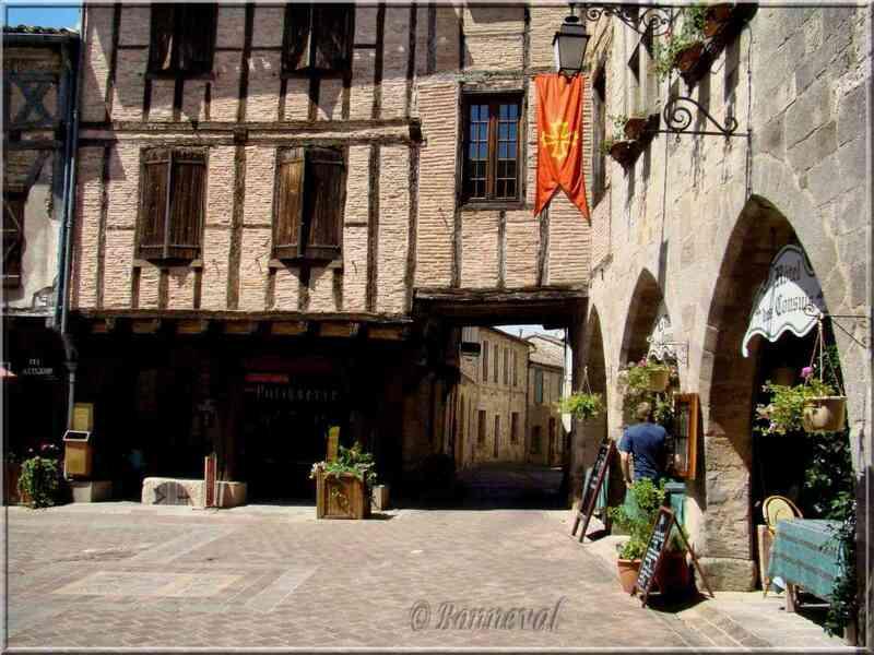 Castelnau-de-Montmiral Tarn Place des Arcades et couverts