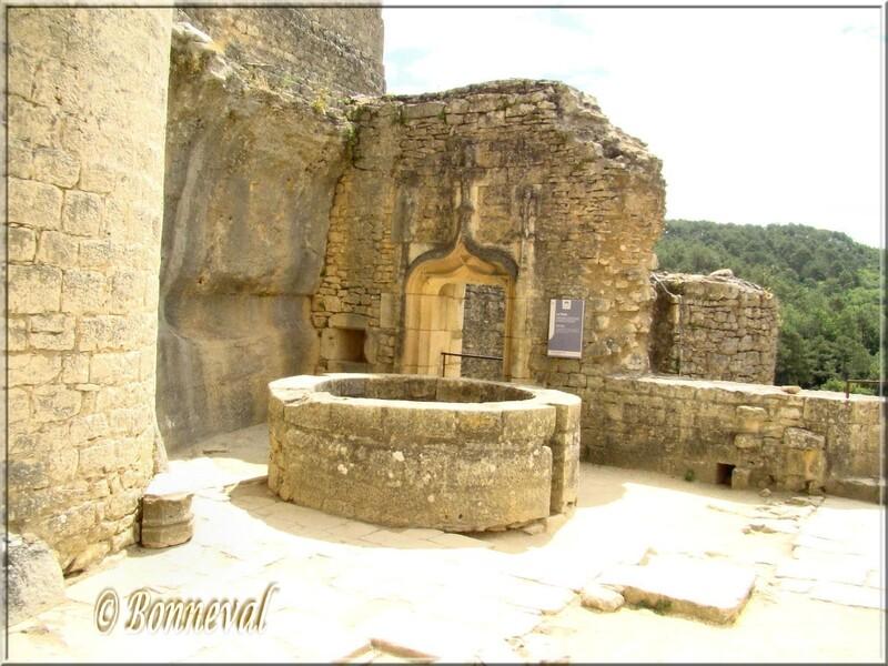 Château de Bonaguil Lot-et-Garonne Cour d'Hnneur et  puits du XVème siècle