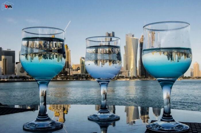 Reflet de la skyline de Doha dans des verres