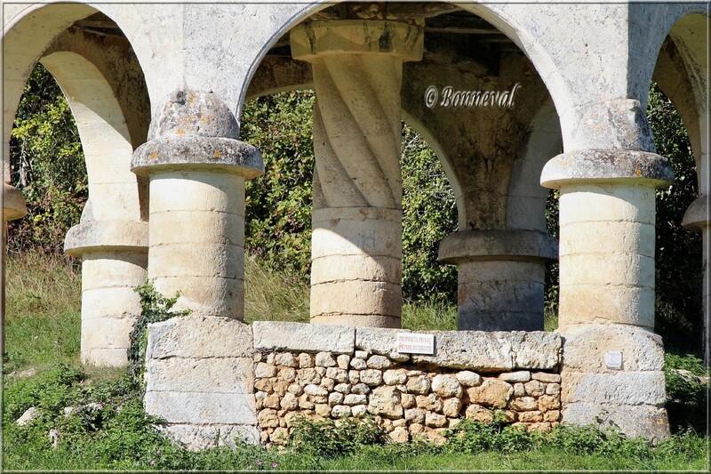 ¨Pigeonnier sur arcades et pilier central Queyssac Dordogne Aquitaine