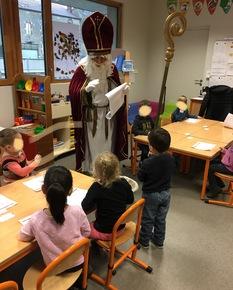 Saint Nicolas rend visite aux élèves de maternelle
