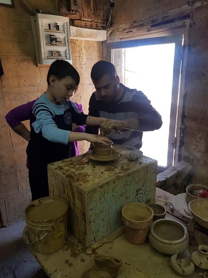 Les EB1 découvrent les métiers de fleuriste, le boulanger et le potier à Byblos.