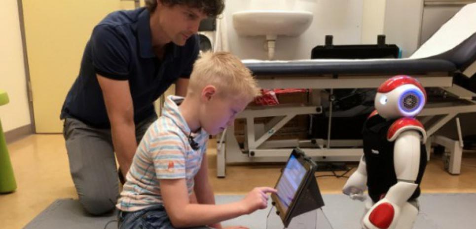 A sept ans, Ruben est déjà capable de mesurer son taux de glucose sanguin et de compter les glucides d'un verre de lait, tout cela grâce à son nouvel ami Charlie le robot. (c) Afp