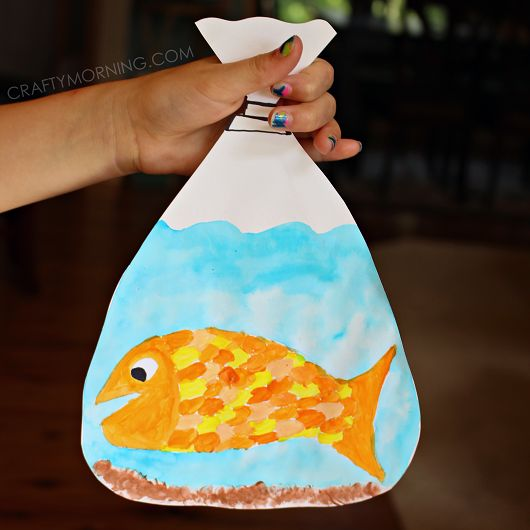 Make your own goldfish in a bag craft with the kids! It's a great art project to go with Finding Nemo or after a pet store stop.: