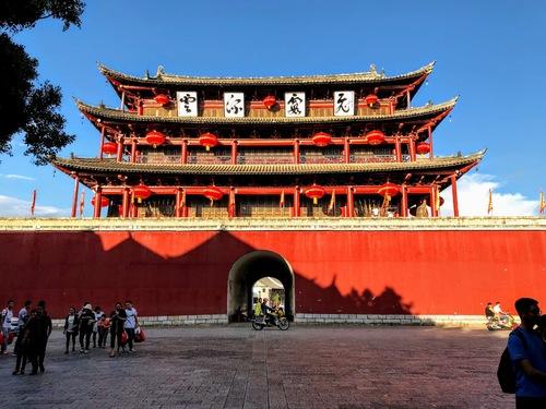 Jiangshui; la nuit tombe sur la porte Est