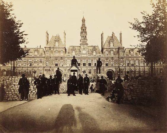 Hôtel de Ville pendant la Commune [avec ombre du photographe], Paris, 1871, photo: Alphonse Liébert (1827-1914):