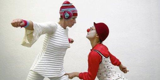 La rencontre burlesque entre un clown et une danseuse.