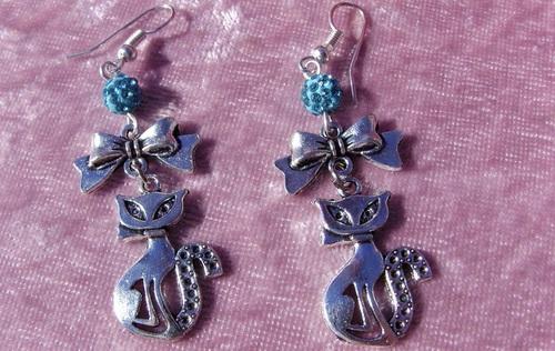 Boucles d'oreilles chats siamois avec leurs noeuds et leurs perles shamballa turquoises