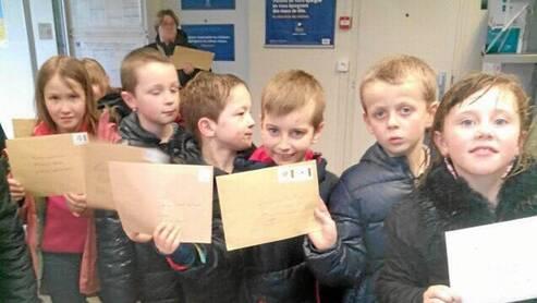 Les écoliers espèrent recevoir une réponse de leurs correspondants.