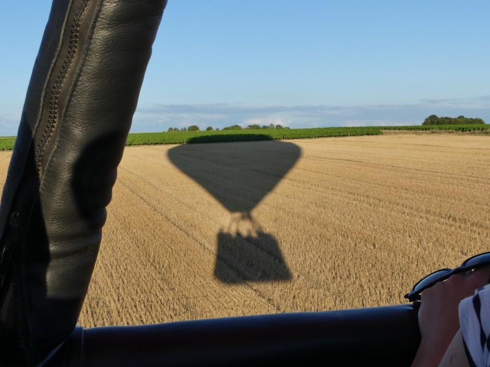Vol en montgolfière : notre ballon et son ombre...