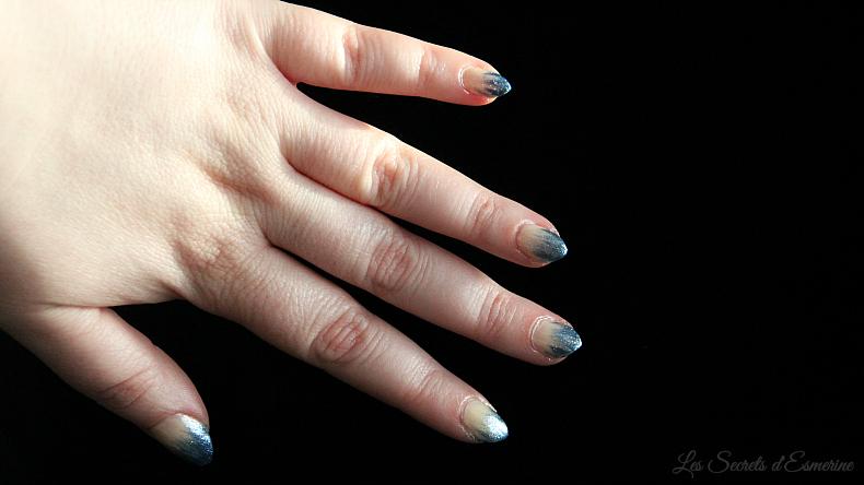 Nail art de Fêtes en bleu givré & nude 7