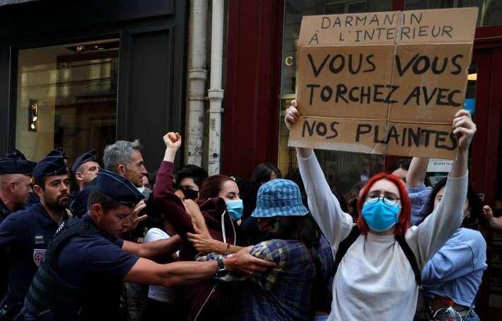 Gouvernement Castex : Des féministes manifestent contre la nomination de Gérald Darmanin à l'Intérieur