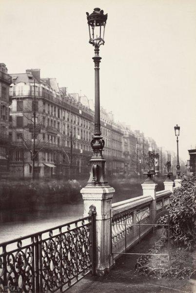 Charles Marville : candélabre à lanterne ronde, square des Arts et Métiers