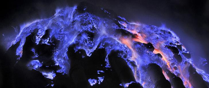Il existe un volcan en Indonésie qui produit de la lave bleue !