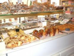 Visite chez le boulanger et arts visuels en forêt.
