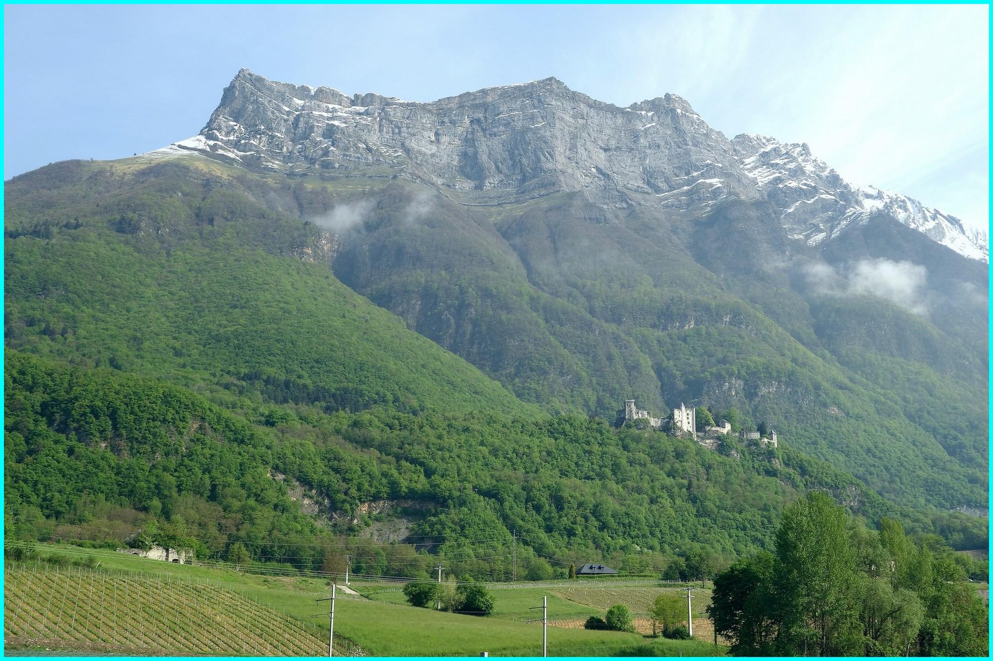 Le château de Miolans sous la Dent d'Arclusaz