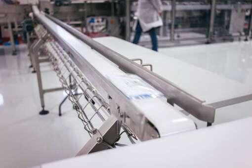 Une machine de démonstration servant à fabriquer des masques chirurgicaux, lors d'une visite présentation de l'usine M3 Sanaitrad alors en travaux de mise en activité. France, Ploufragan, 15 février, 2020.