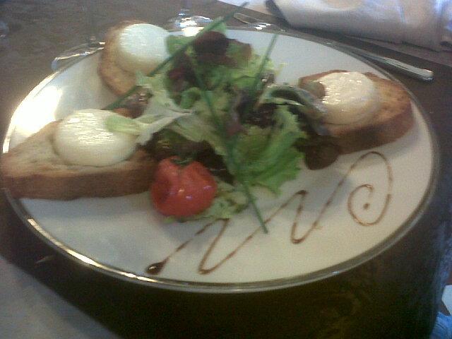 Première assiette: oeufs mollet, sauce au vin rouge, mouillette de fois gras; deuxième assiette: Salade de chèvre chaud