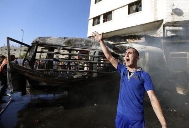 Un véhicule touché par un tir israélien le 31 juillet 2014 à Gaza