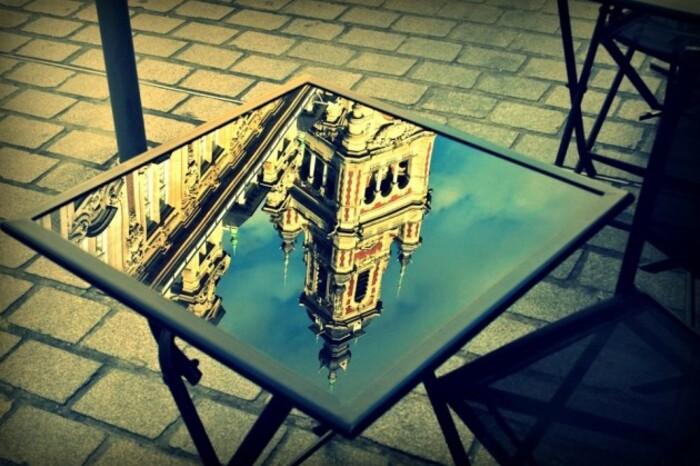 Beffroi de Lille, reflet dans une table de café de la Grand Place